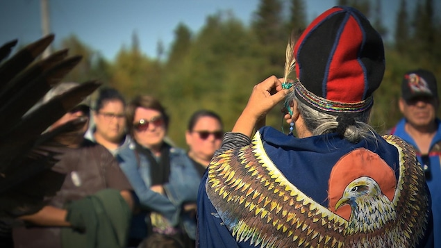 Une femme porte les habits traditionnels autochtones.