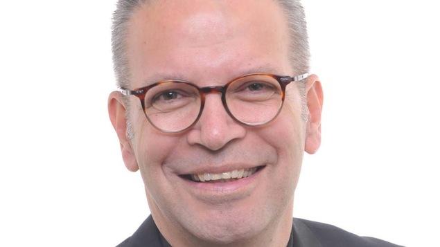 Le nouvel évêque de la paroisse de Sainte-Anne-de-Lapocatière, Pierre Goudreault, souriant.