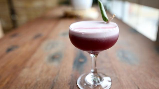 Un cocktail à base de shrub aux bleuets sauvages