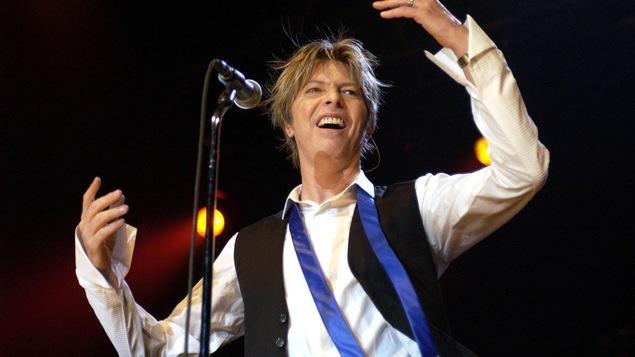 Le chanteur David Bowie donne un concert à Cologne, en Allemagne, en 2002.