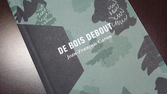 livre avec une illustration d'arbres en page couverture