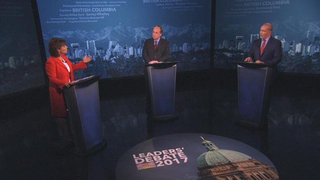 Photo de Christy Clark (Parti libéral), Andrew Weaver (Parti vert) et John Horgan (Nouveau Parti démocratique) lors du débat du 26 avril.