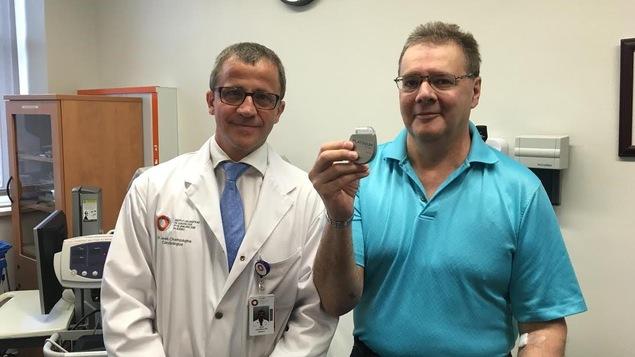 Le cardiologue Jean Champagne avec un patient montre le nouveau défibrillateurs cardiaques.