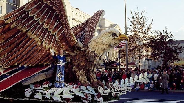 Un gros aigle sur un chariot lors du défilé inaugural du 20 janvier 1989 à Washington
