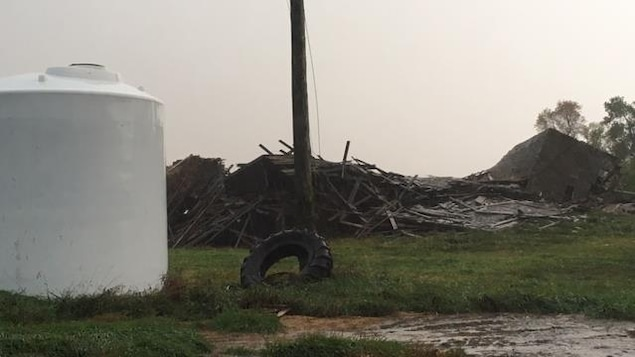 Une image partagée par Sean Cory montre une vieille grange abattue sur sa ferme près de Wawanesa à 200 km de Winnipeg.