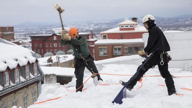 Des travailleurs sur un toit dans le Vieux-Québec