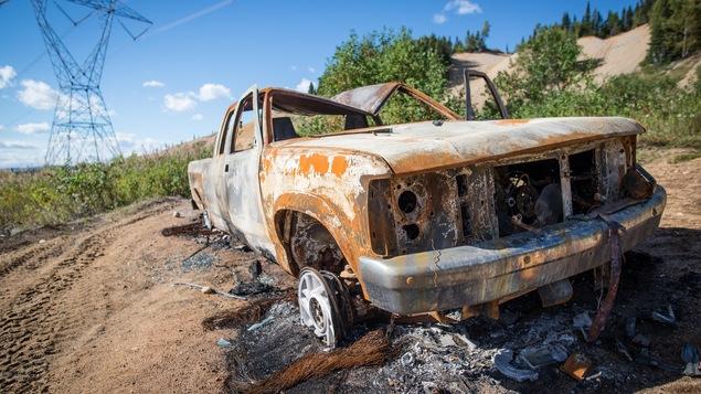 La camionnette a été dépouillée de plusieurs pièces celles qui sont restantes sont endommagées.