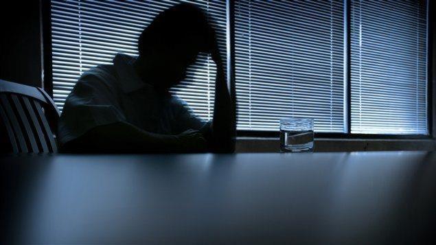 Personne dépressive assis près d'une table