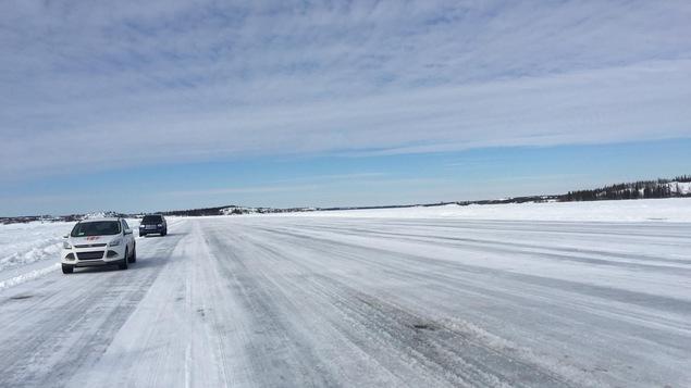 La route de glace Dettah relie Yellowknife à la municipalité de Dettah en hiver.