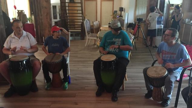 Des jeunes autistes pratiquent les percussions avec leur intervenant
