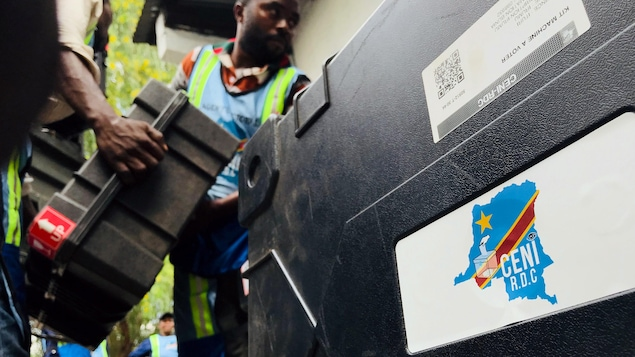 Employees of Congo's Independent National Electoral Commission (CENI) deliver voting machines and materials to a polling station in Kinshasa, Democratic Republic of Congo, December 28, 2018. REUTERS/Jackson Njehia - RC1A00B6C5B0