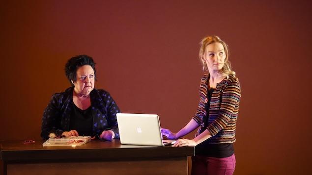 Diane Losier et Joannie Thomas dans les rôles d'Adélie et de Lucie dans la pièce Pourquoi l'Ouest du Théâtre populaire d'Acadie.