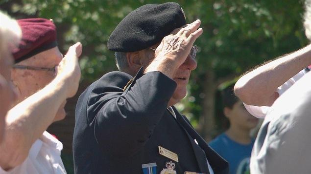 D'anciens combattants font le salut militaire