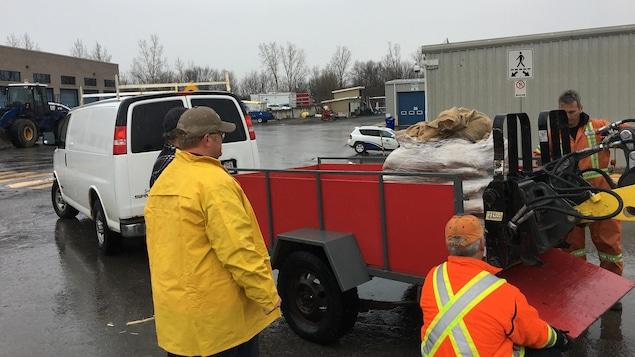 Inondations pr s de 2000 sacs de sable distribu s gatineau ici radio ca - Sac de sable inondation ...