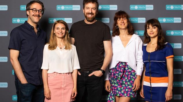 Les cinq personnes posent l'un à côté de l'autre.