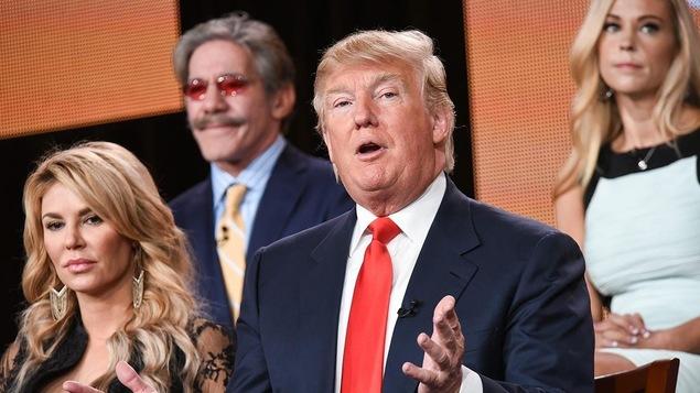 Donald Trump entouré de Brandi Glanville, Geraldo Rivera et Kate Gosselin de l'émission « Celebrity Apprentice »