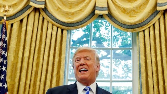 Le président américain Donald Trump s'adresse aux médias dans le bureau ovale.