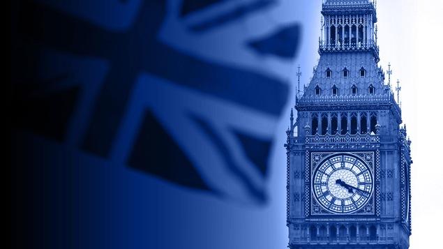 Le drapeau britannique flotte devant le parlement britannique.
