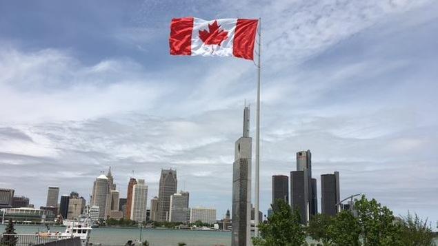 Le drapeau canadien géant à Windsor en Ontario