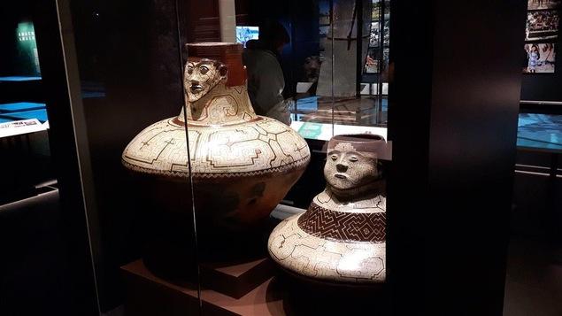 Vases «joni chomo», à col en forme de tête, ayant possiblement servis à l'entreposage d'eau ou de bière de manioc ou de maïs.  Ces vases ont été prêtés par les Musées royaux d'Art et d'Histoire de Bruxelles.