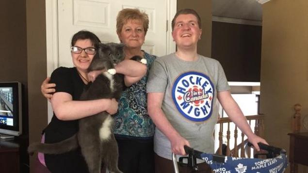 Earla Navratil en compagnie de ses deux enfants, Avery (à gauche) et Peter-Justin (à droite). Peter-Justin doit utiliser une marchette en raison des troubles neurologiques causés par la maladie.
