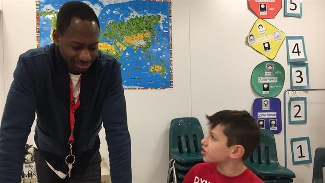 Mamadou Diakité discute avec un de ses élèves