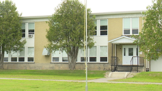 Une école primaire en été.