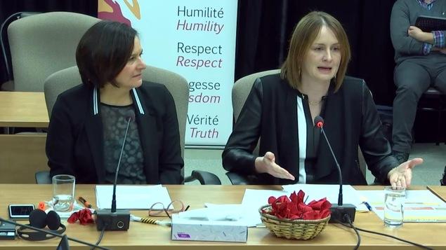 Deux femmes témoignent lors d'une commission d'enquête.
