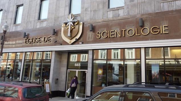 Sur la façade extérieure de l'immeuble, on remarque la croix de l'Église de scientologie