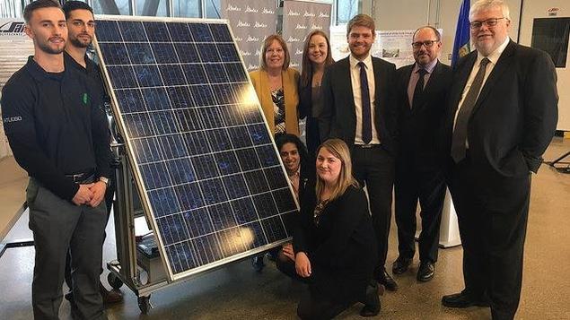 La ministre de l'Énergie, Margaret McCuaig Boyd avec des étudiants devant un panneau solaire