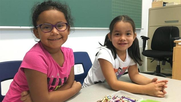 Deux élèves fébriles avant leur première journée en classe dans le cadre du projet Tshiueten. (archive)