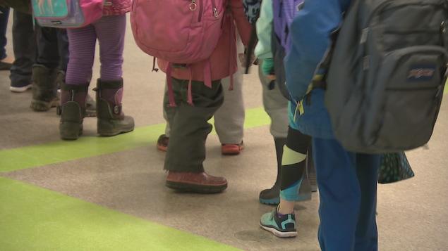 Quelques élèves marchent en rang