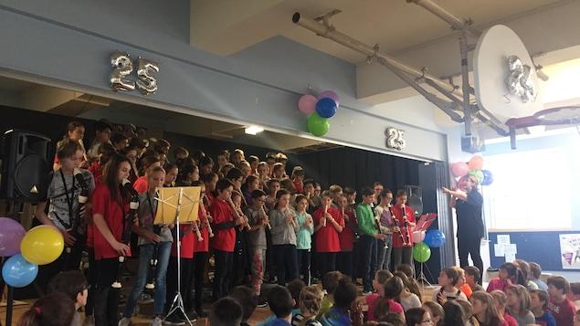 Les élèves de l'école Sacré-Coeur/St-Viateur d'Amos sur scène
