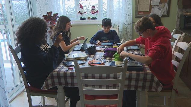 Des élèves se sont regroupés afin de participer à cette journée spéciale de cours en ligne à la maison