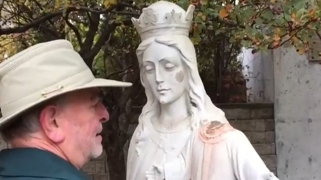 La statue de Marie et de l'Enfant-Jésus a été victime des vandales à plusieurs reprises.