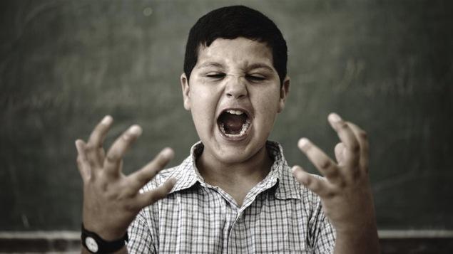 Un enfant démontrant des signes de violence à l'école.