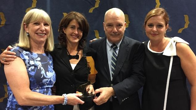 L'équipe de l'émission Enquête pose avec un prix Gémeaux.