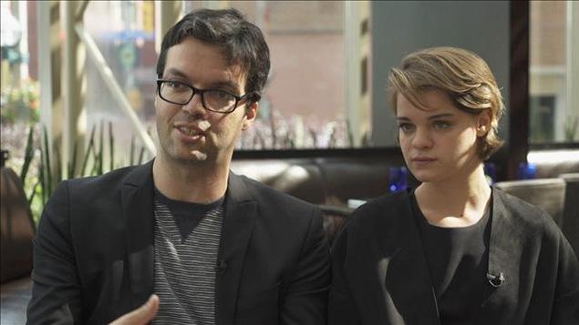 Les deux acteurs assis dans une salle