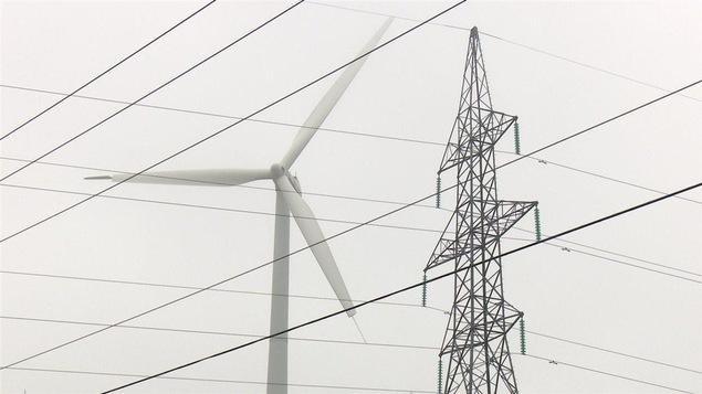 Des lignes électriques et une éolienne.