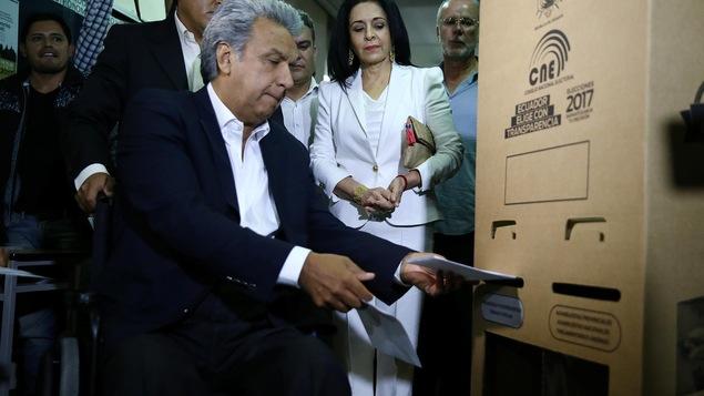 L'ancien vice-président de l'Équateur et candidat à la présidence pour la gauche Lenin Moreno enregistre son vote.