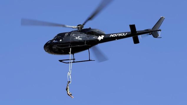 Photo d'Erendira Vasquez Wallenda qui se tient par les pieds à un cerceau suspendu à un hélicoptère