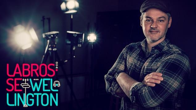 Le réalisateur et scénariste Éric Baril dans un studio de photo, avec au premier plan le logo de Labrosse-Wellington.
