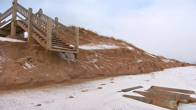 Un escalier vers la berge a perdu une partie de ses marches, aux Îles-de-la-Madeleine