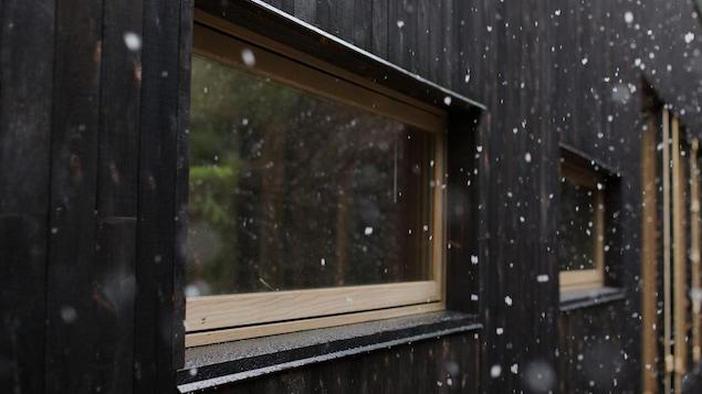 le bois br l comme rev tement ici radio. Black Bedroom Furniture Sets. Home Design Ideas