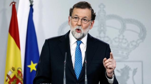 Le premier ministre espagnol Mariano Rajoy devant un lutrin.