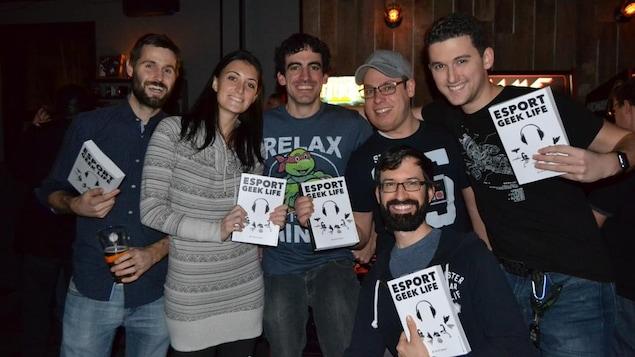 David Laporte, debout au centre du groupe, lors du lancement de son livre ESport Geek Life, en décembre 2016.
