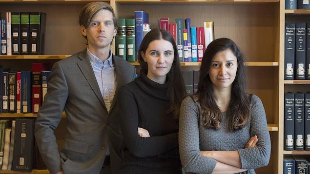L'étudiante en droit de McGill, Rachelle Bastarache, au centre, accompagnée des autres organisateurs du marathon de recherches juridiques, Brodie Noga et Anna Gilmer.
