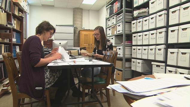 Trois diplômés en histoire ont été mandatés pour recueillir et analyser les photos reçues.