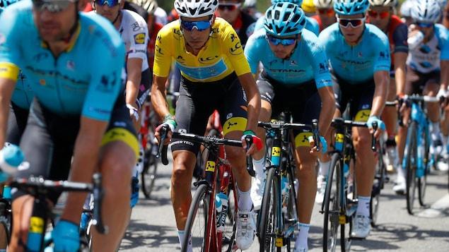 Fabio Aru et son équipe roulant sur des vélos Argon 18 au Tour de France