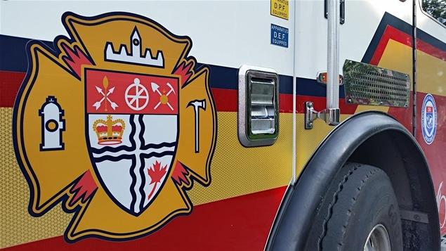 Un camion de pompier sur lequel on peut voir le logo du Service des incendies d'Ottawa